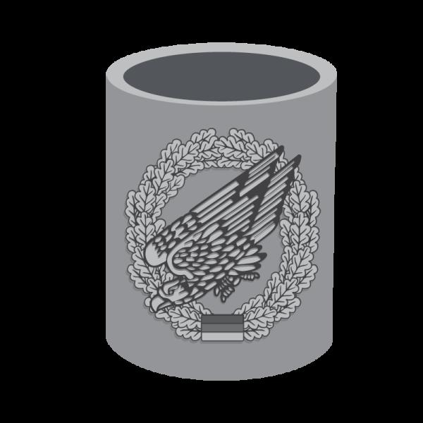 Metallbecher mit Barettabzeichen